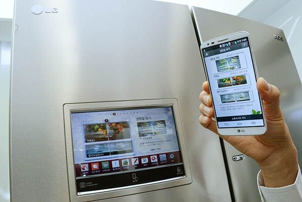 LG-Smart-Refrigerator-with-Smartphone-01