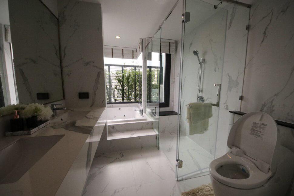 """ห้องน้ำพร้อมอ่างจากุซซี่ บ้าน เฉลิมพระเกียรติ ร.9 """"THE SONNE ศรีนครินทร์-บางนา"""""""
