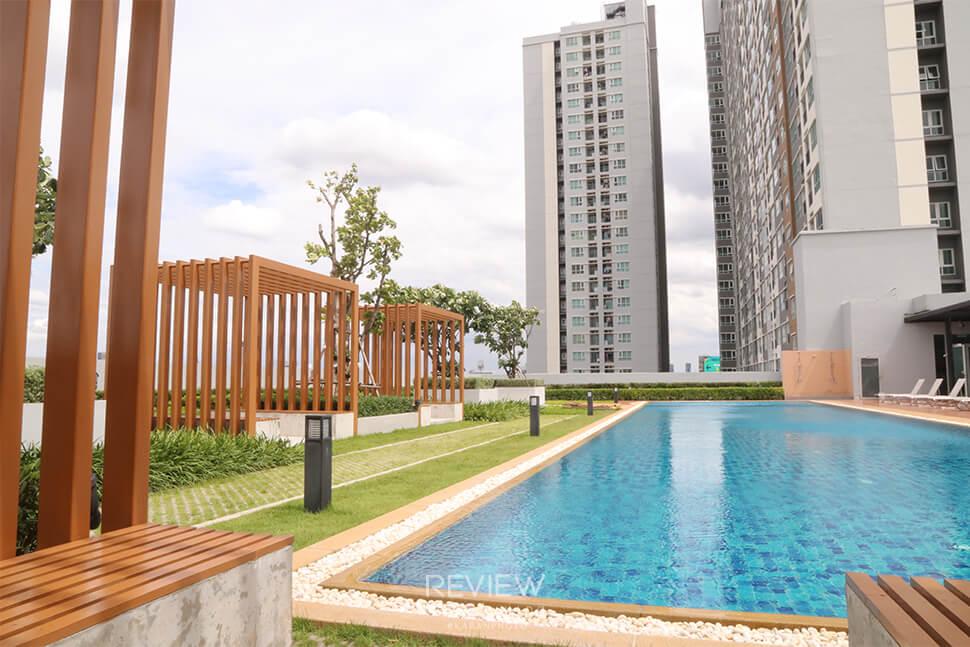 โครงการ Aspire Ngamwongwan สระว่ายน้ำอยู่บนอาคารจอดรถ ชั้นบนสุด